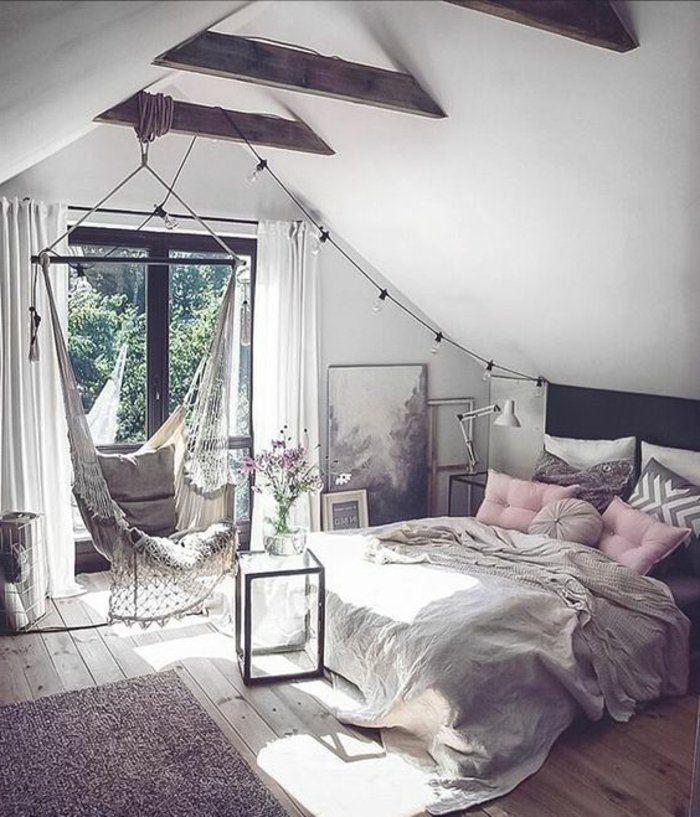 parquet-en-bois-balancoire-tapis-gris-linge-de-lit-gris-et-coussins-gris-et-rose-poutres-apparentes-guirlande-limineuse-chambre-mansardée-ambiance-cocooning