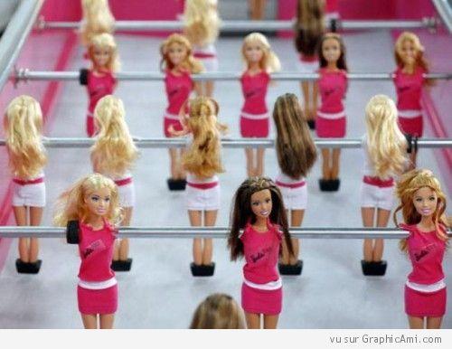 Image Insolite d'un Baby Foot 100% Féminin avec des Barbie