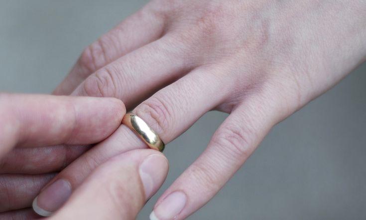 Heb je weleens in de winkel gestaan met een vastzittende ring? Daar is nu een oplossing voor! En daar heb je alleen een beetje flosdraad voor nodig.