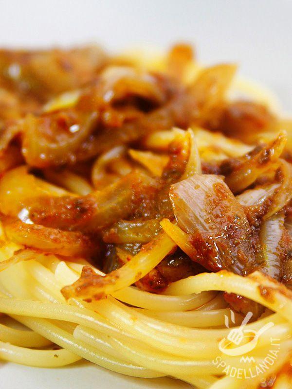 Gli Spaghetti al ragù di cipolle, dal gusto deciso e leggermente aromatico, sono apprezzati anche dai palati più difficili. Irresistibili!