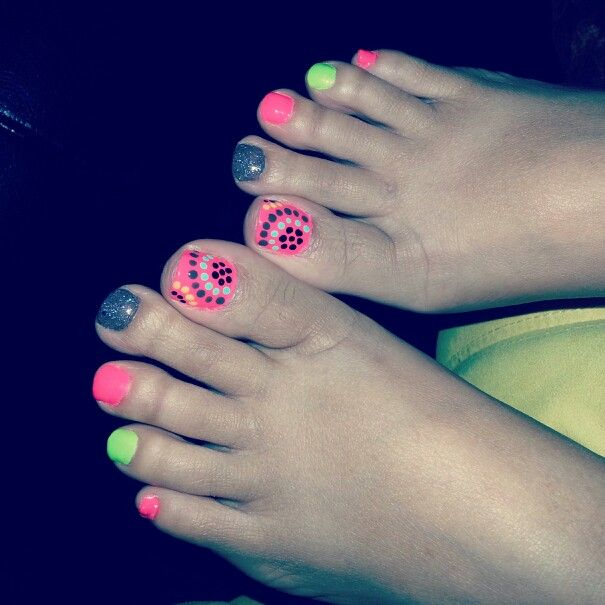 Bright and dark accent colored toes with polkadots design. <3