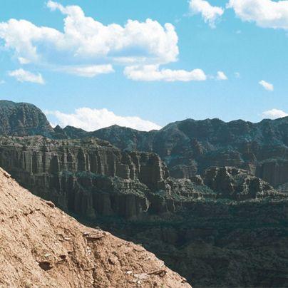 Comienza tu viaje por los senderos del Parque Nacional Sierra de las Quijadas y recorre el pasado desde el inicio de los tiempos en presencia de yacimientos arqueológicos y huellas de dinosaurios.
