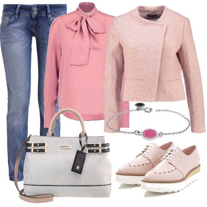 Outfit casual ma dal tocco bon ton. Blazer color sandstone melange, blusa senza bottoni con collo a fiocco e jeans skinny. Accessori nei colori tenue per la borsa con tracolla e le scarpe stringate.