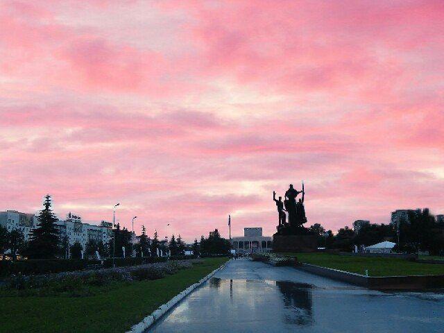Розовое небо над городом