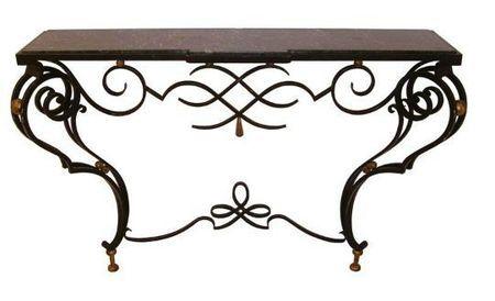 Les tables en fer forgé  reprenant le mouvement de pieds en retrait propre aux tables-consoles du XVI s