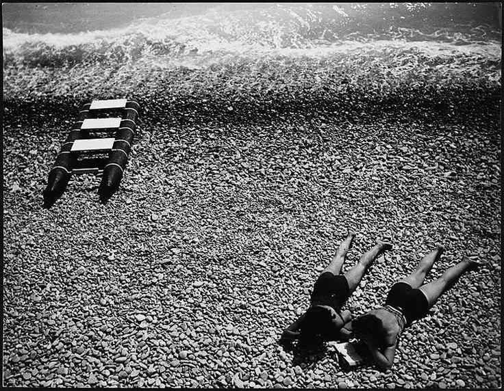 Brassai, Baigneuses sur la plage de Nice vers, 1933.
