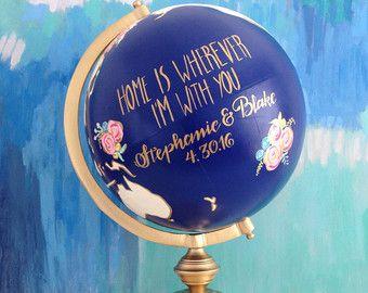 Cest une main peinte et globe numérotée à la main avec un bouquet floral accentué en peinture métallisée or. Océans sont peints dans un bleu