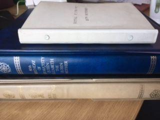 Britse Gemenebest - Koninklijke zilveren bruiloft 80ste verjaardag van Hare Majesteit de koningin-moeder en de koninklijke bruiloft.  3 albums/reeksen van postzegels uitgegeven ter herdenking van het Royal zilveren bruiloft (1972) de 80e verjaardag van H. M. De koningin-moeder (1980) en het koninklijk huwelijk van Prins Charles en Lady Diana Spencer (1981).De zilveren bruiloft omnibus kwestie bestaande uit twee waarden voor elk land werd gedrukt door Harrison & zonen in fotogravure. De…