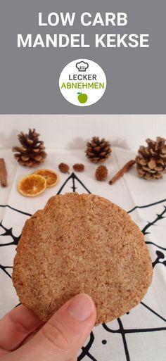 Köstliche Low Carb Kekse aus gemahlenen Mandeln. Diese Plätzchen sind nicht nur zuckerfrei und kohlenhydratarm, sondern auch super schnell gemacht. Ein super Rezept für alle, die in der Weihnachtszeit ein paar Low Carb Kekse backen wollen.
