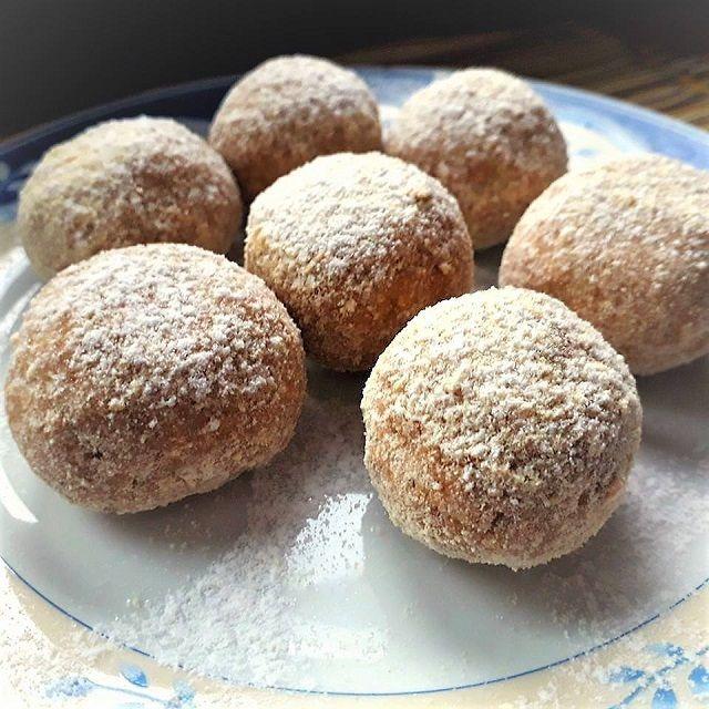 Makészítettem, nagyon finom! Hasonlít az Almás pitéhez, de ez Almás pite-golyó  Hozzávalók 2 nagyobb alma (25 dkg tisztítva mérve) 2 evőkanál citromlé 1,5 teáskanál fahéj 8 dkg porcukor 1 tasak vaníliás cukor 20 dkg darált keksz +3 evőkanál a forgatáshoz Elkészítés: Az almákat meghámozzuk és magházukat kivágjuk. A reszelő nagy lyukán lereszeljük. Egy kisebb …