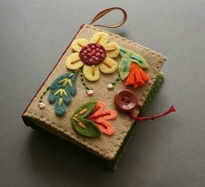 Bolsinha de feltro: Books Covers, Crafts Ideas, Pin Cushions, Felt Crafts, Needle Books, Crafts Night, Pincushions, Felt Books, Felt Needle