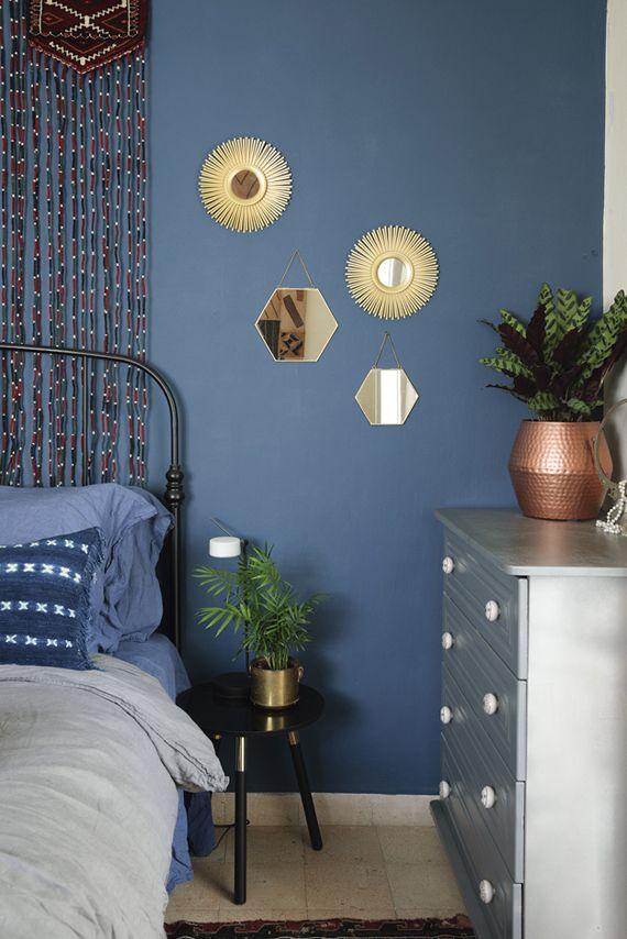 ideas para decorar las paredes, colección de espejos en latón