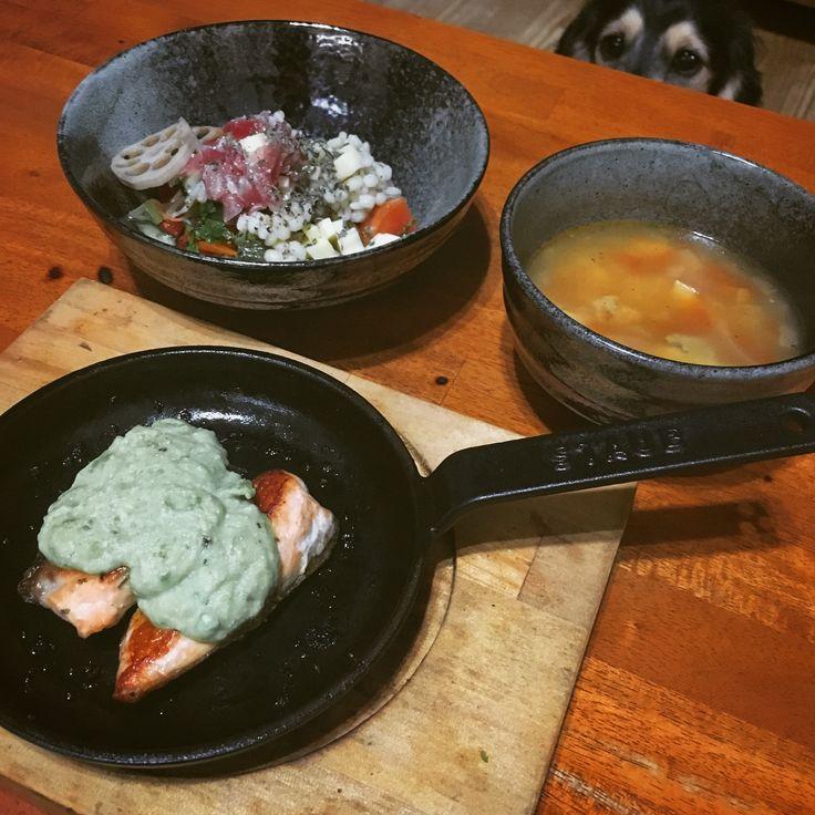 夜ご飯。鮭のアボカドソースムニエル。トマトスープ。