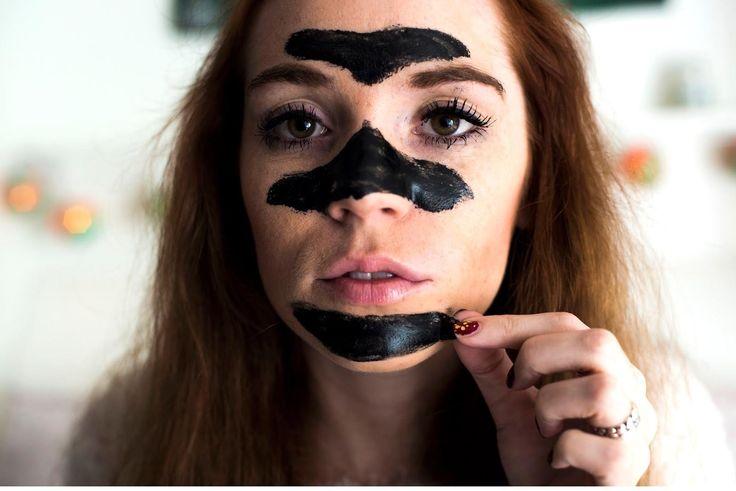 Siyah Nokta Temizleme Maskesi Nasıl Yapılır ve Uygulanır ? Nelere dikkat edilmelidir ? Zararı Var mıdır? Faydaları Nelerdir? Siyah maske ciltteki hücreleri ve dokuları zengin içeriği ile besleyerek mükemmel bir görünüme kavuşmasına yardımcı olan bir maske türüdür. Cildin üst dokusunda peeling etkisi yaratan siyah maske bu özelliği ile taze deri oluşumunu hızlandırmakta ve bu sayede siyah nokta ve sivilceleri yok ederek oluşmalarını da engellemektedir. Siyah maskenin bir diğer özelliği de…