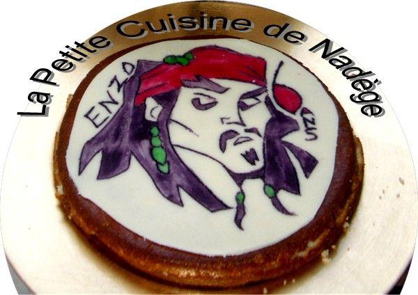 Comme indiqué dans mon article sur les fraisiers, je vous indique ma méthode pour faire les décors sur la pâte d'amande. Ici le héros de Pirates des Caraïbes, le célèbre Jack Sparrow, que j'ai fait l'an passé pour les 6 ans de mon fiston. Ainsi son simple...