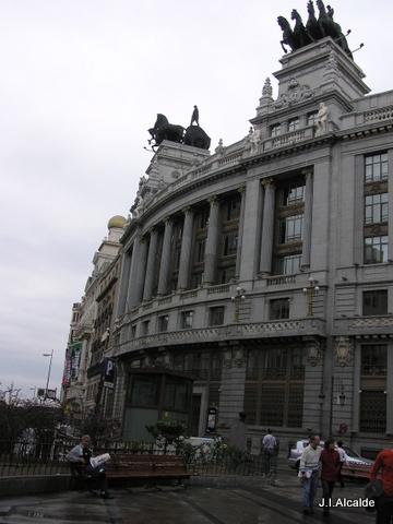 Madrid, fachada de la calle Alcala con las estatuas del circulo de Bellas artes detrás.