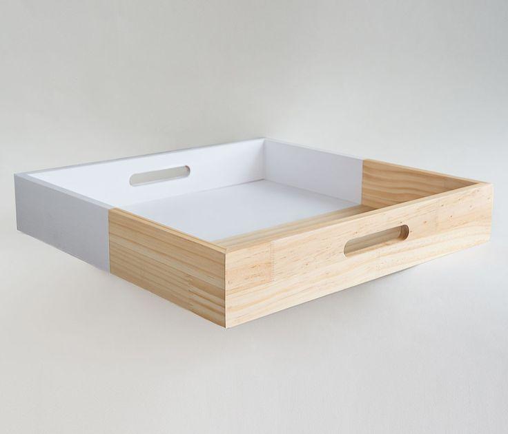 Una charola bicolor moderna en : http://www.gaiadesign.com.mx/charola-mediana-de-madera-blanca.html