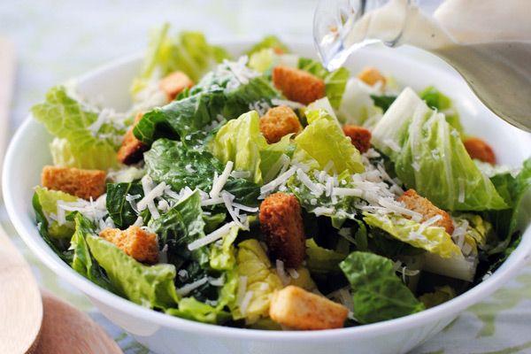 Η σαλάτα του Καίσαρα είναι πρώτη επιλογή στα περισσότερα εστιατόρια κι είναι όντως απ'τις καλύτερες σαλάτες ! Η ελληνική της όμως έκδοση πιστεύουμε θα σας αρέσει περισσότερο ! Εκτέλεση Για το ντρέσινγκ Βάζετε σε ένα μεγάλο μπολ τον κρόκο αυγού, τη μουστάρδα, την πάστα αντσούγιας και το σκόρδο και χτυπάτε με το σύρμα να ενωθούν …