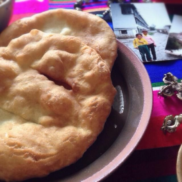 ( Tibetan Roti     藏式麵包)  ふと思い立ち山田英美さんの『ネパール家庭料理入門』に載っているチベタンロティを作ってみました。  発酵なしですぐに作れるのが良かったです。一昨日作ったドライダルカレーにも合ってたし。アンズジャムにも合ってたし。  チベタンだからと、昔々訪れたラサのお土産を色々並べていたら、写真の女の子たちもうとっくに大人だろうな〜とか考えてしみじみしてしまいました…  ちなみにラサは漢民族が沢山いるので、レストランに入ってもだいたい中華です。それ以外で食べたのは外国人向けのチベット風ハンバーガーとかネパール料理とかで、ちゃんとしたチベット料理を食べた記憶がな - 99件のもぐもぐ - チベタンロティ〜昔行ったラサを思い出しながら by machimachicco