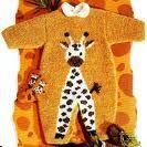 Une grenouillère à tricoter pour bébé, en laine plumeuse, elle est ornée d'une girafle. Très mignon : La combinaison blanche La combinaison brodée La combinaison grise
