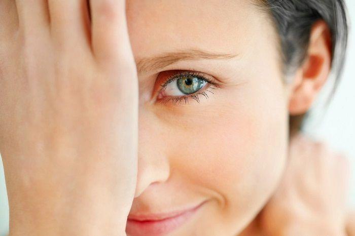 ИЗБАВЛЕНИЕ ОТ ГЛУБОКИХ МОРЩИН  Каждая женщина мечтает, чтобы ее кожа всегда выглядела молодой и была упругой. Но, к сожалению, новомодные косметические средства не всегда оказываются эффективными. Однако существуют проверенные годами рецепты красоты на основе натуральных компонентов. Как избавиться от глубоких морщин? – уникальные рецепты:   1-й рецепт против глубоких морщин: сила трав   Необходимо залить двумя стаканами кипятка по одной чайной ложки травы зверобоя, липового цвета и ромашки…
