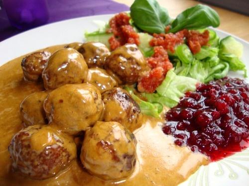 Köttbullar med lingonsylt = Meatballs with lingonberry jam