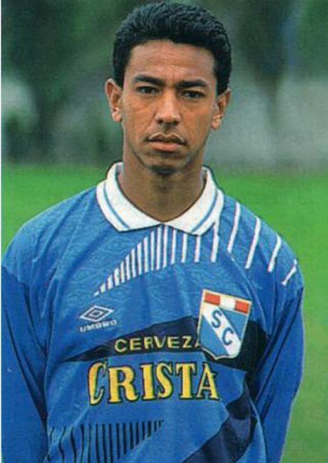 Nolberto Solano inició su carrera como futbolista en el Sporting Cristal. Obtuvo un tricampeonato (1994-1995-1996) y el subcampeonato de la Copa Libertadores 1997, siendo elegido el mejor jugador del torneo.