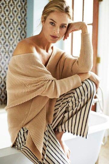 avvolgente e dalla silhouette asimmetrica, il cardigan in cotone è perfetto per la mezza stagione perche, grazie alla vestibilità over, si puo indossare sia come maglione che come capo spalla. #stefanel #stefanelvigevano #vigevano #lomellina #piazzaducale #springsummer2016