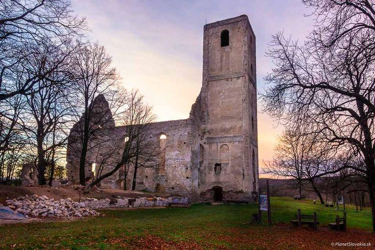 Poďte s nami na výlet po Slovensku: Vychutnajte si jazdu lesnou železnicou či romantickú prechádzku popri ruinách kláštorného komplexu neďaleko Trnavy - Vedelisteze.sk