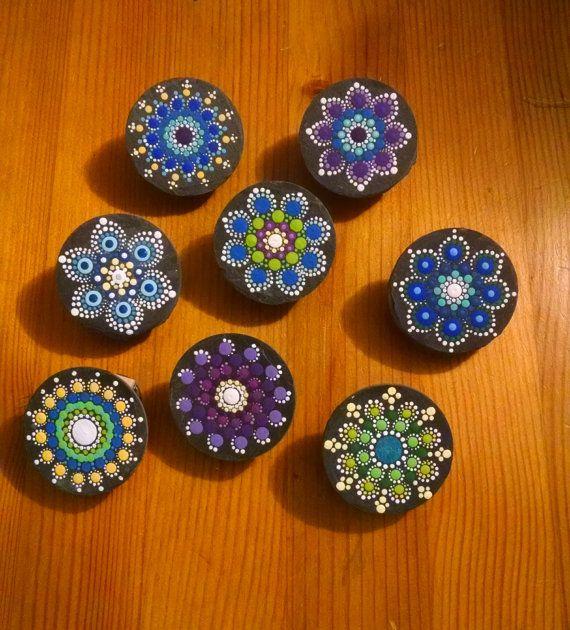 Hecho a pedido personalizado piedra imán Clip pizarra eliges colores y pintado a mano diseños punto arte regalo Ideas ~ colorida decoración para el hogar adornos