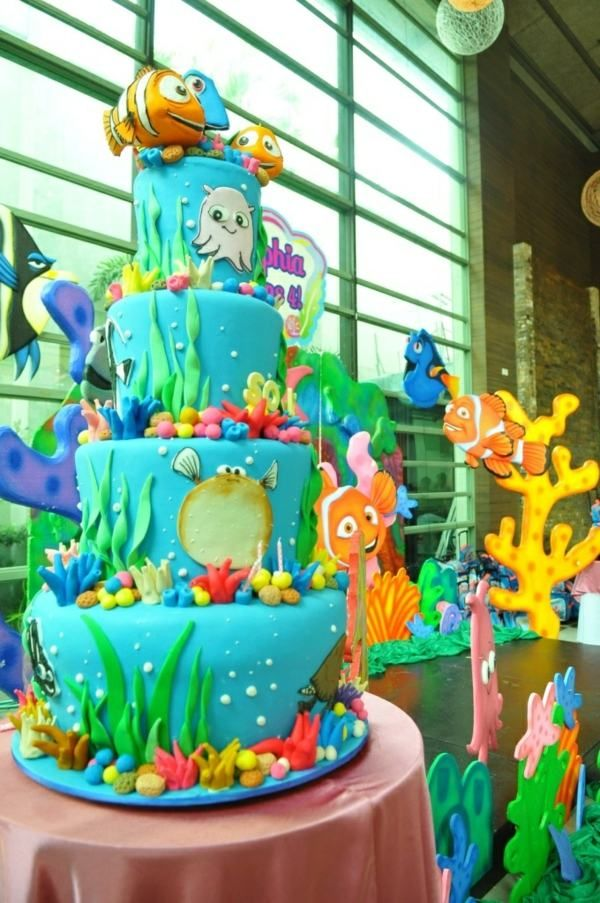 Eine supergroße Torte zum Geburtstag für Kinderparty