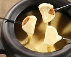 Fondue savoyarde aux 4 fromages (facile, rapide) - Une recette CuisineAZ