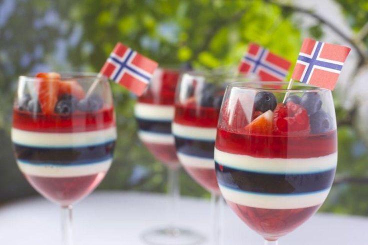 En kreativ 17. mai-dessert som imponerer gjestene! Tips: Bruker man plastglass trenger man ikke være så redd for at glasset sprekker i kjøleskapet dersom geleen er for varm. Bruker man glass av glass, må man sørge for at geleen og panna cottaen er kald nok når man heller på et nytt lag. Denne tar ganske lang tid å lage, men vekker garantert oppmerksomhet på 17. mai! Oppskrift/foto: Elsa Rosfjord på bloggen creativefun4you.com.