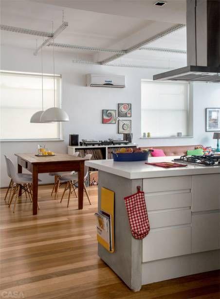Móveis de família renovados, achados de feirinhas, peças de design compradasem viagens, capas de LP pelas paredes: um mix bem variado compõe a decoraçãoneste apê.