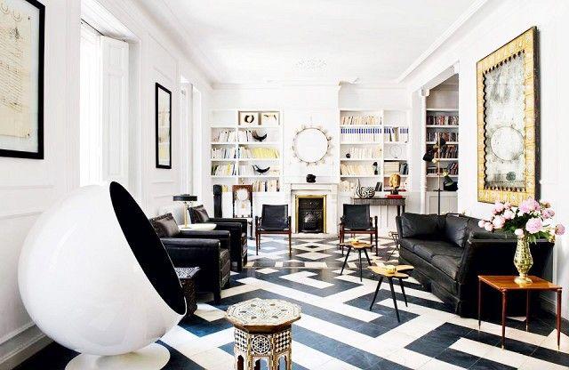 A black and white living room full of contrasts | Modern Sofas #modernsofas #blacksofa | Find more living room inspiration here: http://modernsofas.eu