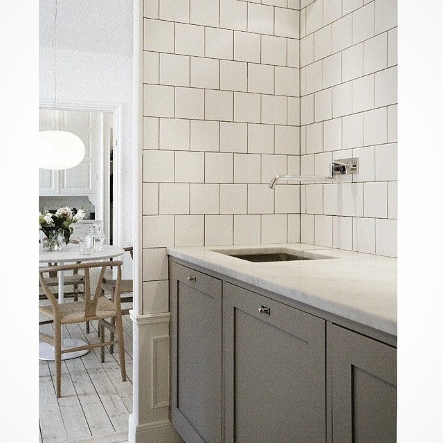 Favorit i repris! Här kommer ett foto på vår profil 1 lucka som har handmålats på plats. #shaker #profil #grå #gray #exclusive #exklusiva #köksluckor #cabinets #ikea #kitchen #kök #marmor #marble #tile #kakel #interior #interiör #inspiration #kitcheninterior #kitcheninspiration #designinspiration #decoration #decor #köksrenovering #köksinspiration #köksrenovering