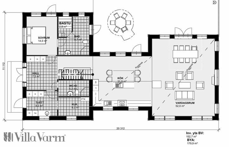 Villa Kungsör är ett H-format enplanshus i New Englandstil. Ena flygeln har övervåning med två sovrum och arbetsrum. Vardagsrum med ryggåstak - Villa Varm