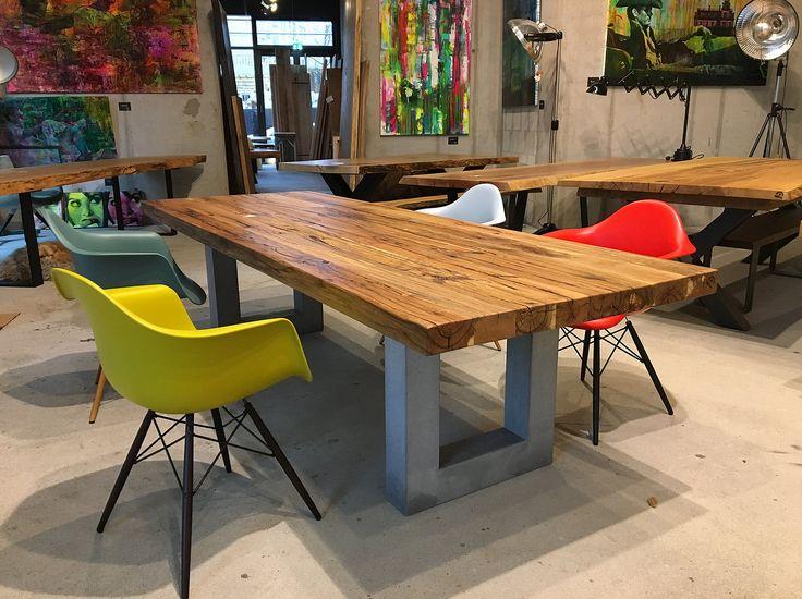 Esstisch aus Eichenholz Altholz auf Betonfüßen