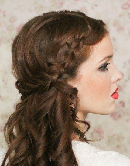 Semiraccolto con treccia per capelli lunghi e boccolosi