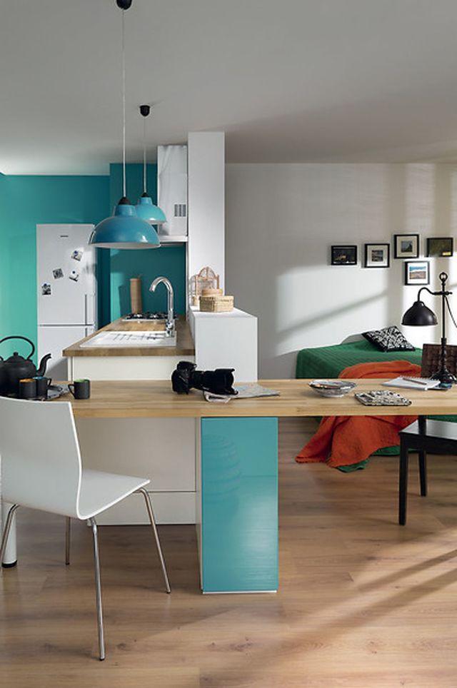 """Cuisine """"Lossy lagune brillant & Melt blanc strié"""" avec un espace travail qui jouxte la cuisine, 209 euros le plan de travail prolongé en Lossy lagune brillant + Eco Part 1 euro, SoCoo'c."""