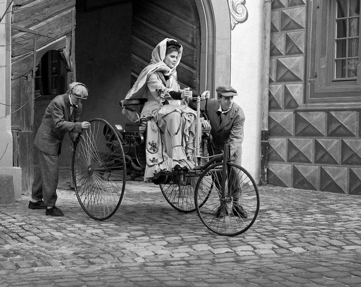 Bertha Benz driving the Benz Patent-Motorwagen c. 1886 ✏✏✏✏✏✏✏✏✏✏✏✏✏✏✏✏ IDEE CADEAU / CUTE GIFT IDEA  ☞ http://gabyfeeriefr.tumblr.com/archive ✏✏✏✏✏✏✏✏✏✏✏✏✏✏✏✏