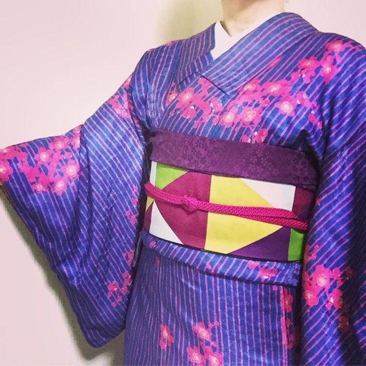 "rieru (@kimonomania) on Instagram: ""kimono coordinate. ブルーにピンクの縞模様。 鮮やかな梅の花が映えて。 現代物も大好きですが、アンティークも大好き✨ #kimono #着物 #キモノコーデ #趣着物…"""
