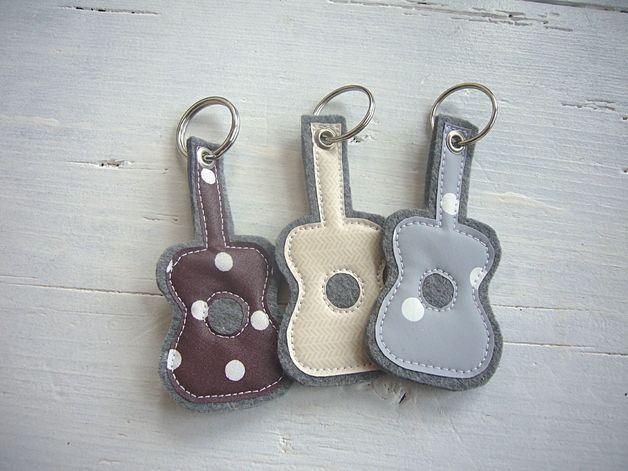 Süßer Schlüsselanhänger aus grauem Filz mit Applikation aus Wachstuch.  *Es handelt sich bei dem Angebot um 1 Schlüsselanhänger!  Bitte bei der Bestellung den Farbwunsch mitangeben!*