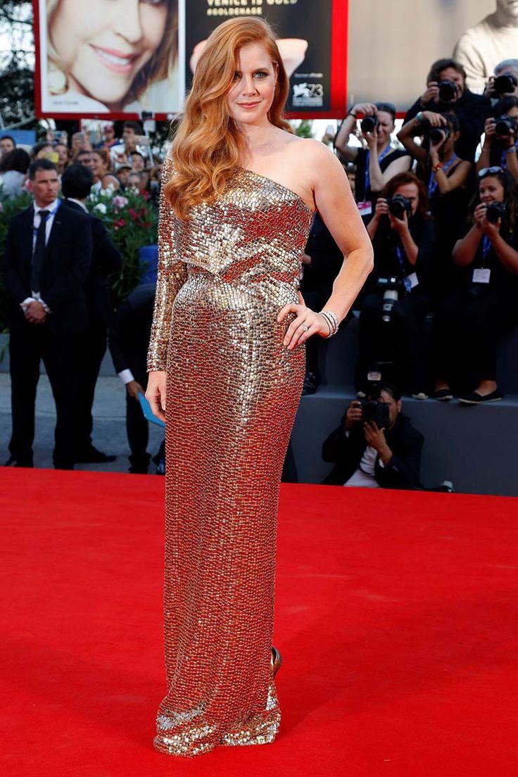 Festival de Venecia 2016. Amy Adams. Vestido asimétrico firmado por Tom Ford y sandalias de Ferragamo. #alfombraroja #redcarpet #VeniceFilmFestival
