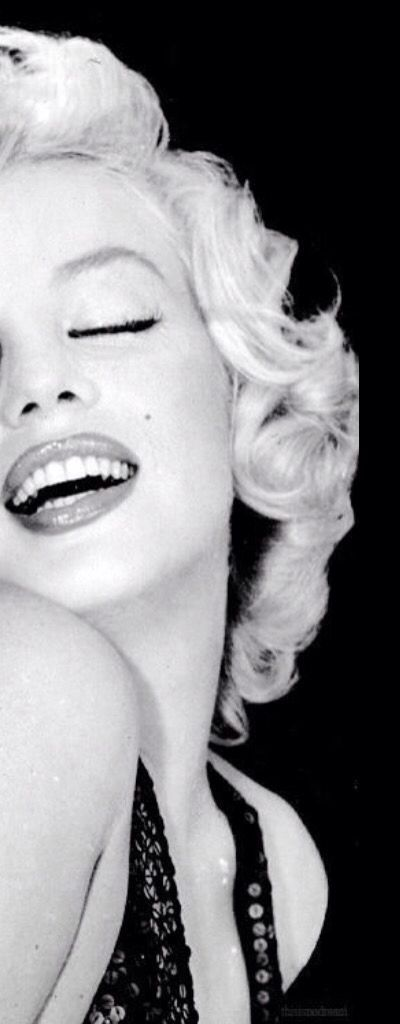 Marilyn Monroe photographed by Richard Avedon (cropped from original). °: