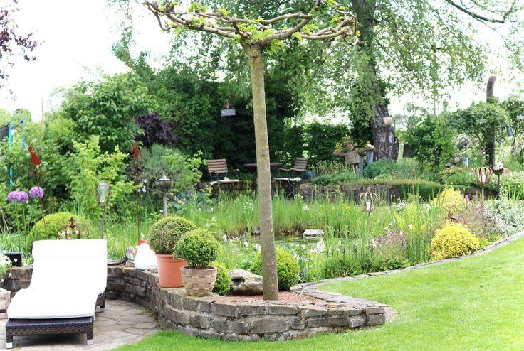 Naturnaher Garten – nicht verunkrautet – mit Natursteinpflaster, Sitzecken und Hochbeeten, einem Gartenteich und Bachlauf. So beschrieb Sabine Schnödewind ihre grüne Oase, um zum Tag de…