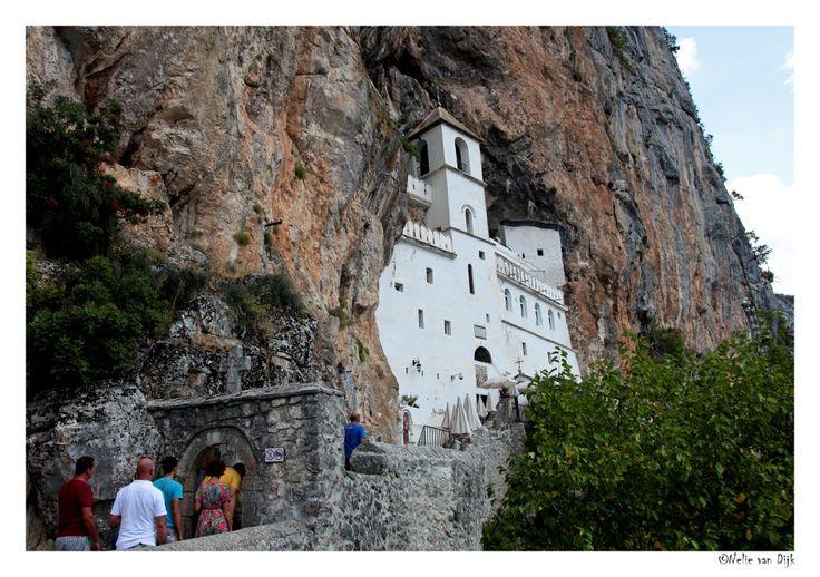 Klooster van Ostrog.  Montenegro. Tussen Podgorica en Niksic bevindt zich in de rotswand gebouwd het klooster van Ostrog.