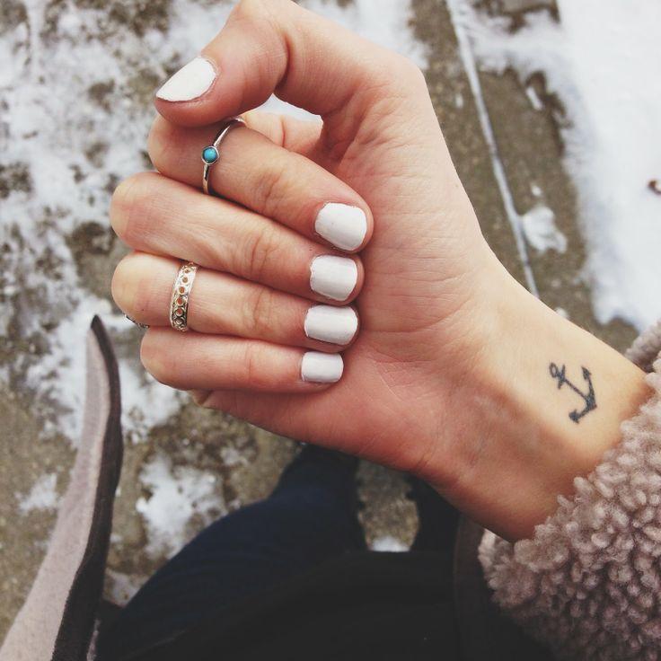tatuaje de ancla en la muñeca de una mujer