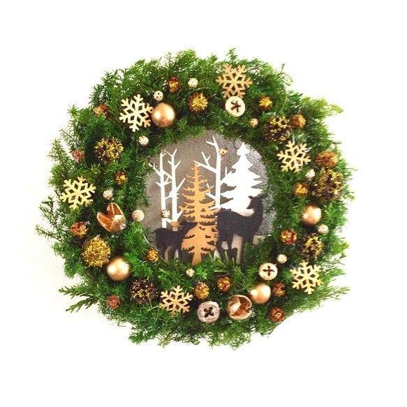 ☆クリスマスリースB☆ プリザーブドグリーンオーナメントが主役のリースを制作してみました。輝く星の下で星降る森のクリスマス星降る夜、降り積もる雪も金色に輝いてクリスマスを祝います。小さなトナカイはサンタクロースにどんなプレゼントをお願いしたのでしょう?立体感のある、可愛いトナカイのオーナメントをながめがら、それぞれの物語を描いていただけたら幸いです。○リース 約26㎝トナカイとツリー立体オーナメントプリザーブドヒムロスギプリザーブドジャクヒバゴールドピックゴールドビーズ木ノ実 ゴールドラメ雪の結晶 ゴールドラメ☆メッセージのお返事遅くなる場合がありますがご了承ください。