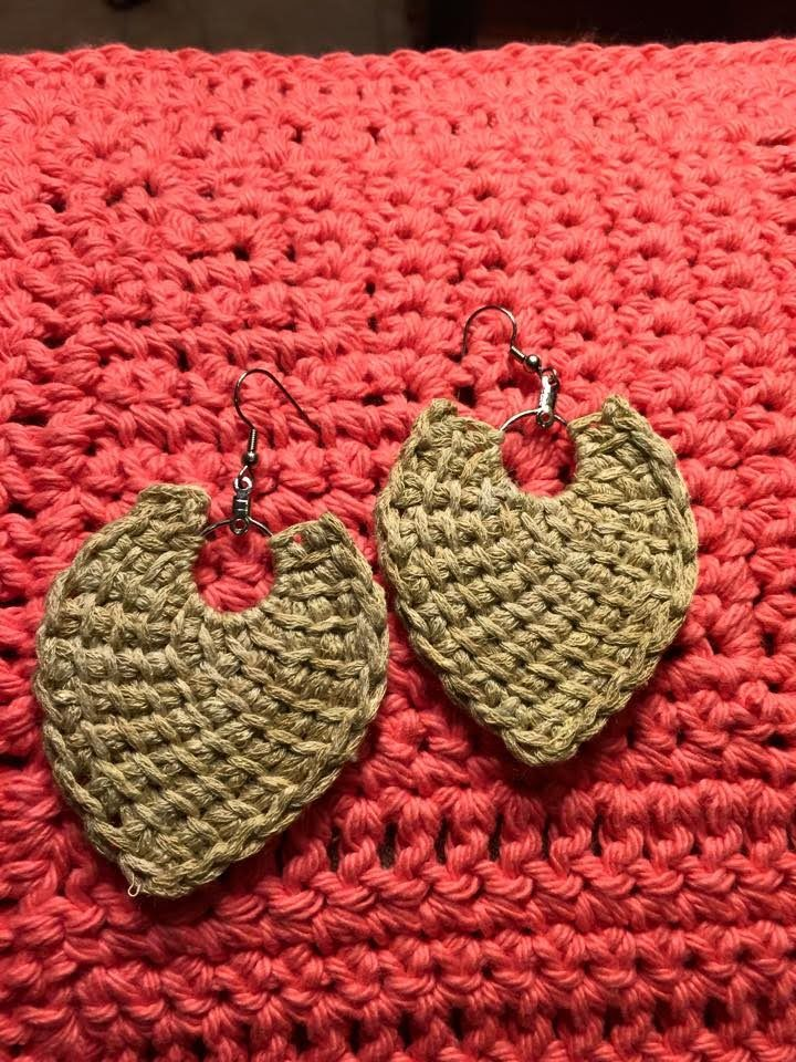 Tunisian Crochet earrings video tutorial by Jeanne Fabre.